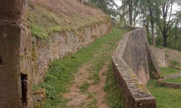 Die Kinder stiegen einen schmalen Weg hinauf zum oberen Teil der Hauptburg. (S. 30)