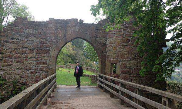 """Esther erkundigte sich weiter: """"Gibt es irgendeine andere Möglichkeit, diese Burg zu verlassen, ohne über die Brücke zu gehen?"""" """"Ja"""", flüsterte Katja zögernd. """"Auf der anderen Seite ist die Mauer so niedrig, daß man darübersteigen kann und vom Graben aus in den Burghof gelangt. Außerdem gibt es noch ein paar geheime Gänge."""" (S. 8)"""
